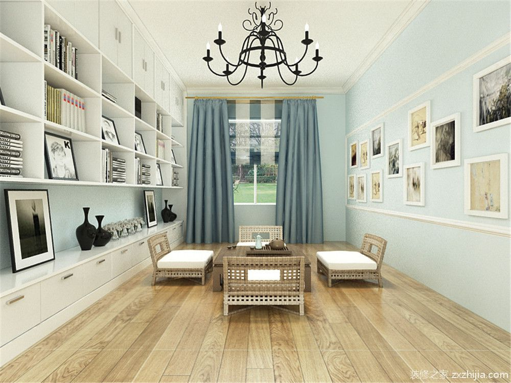 主卧室贴的浅蓝色的壁纸,地面是浅色的木地板,阳台放了转角的书桌