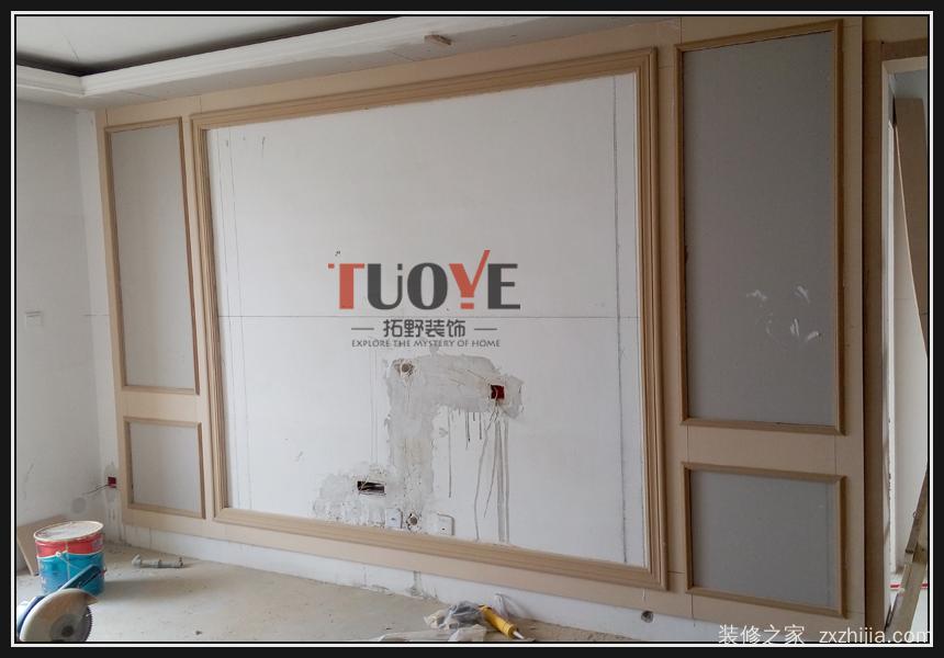 影视墙现场施工实景照片.--木制线条边框制作.
