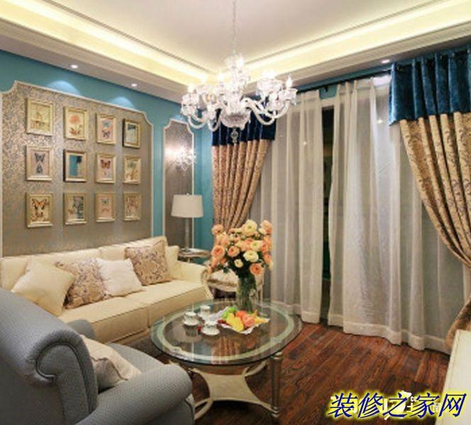 米黄色复古印花墙纸,白色欧式实木线框压边,使电视机背景墙透露着浓浓