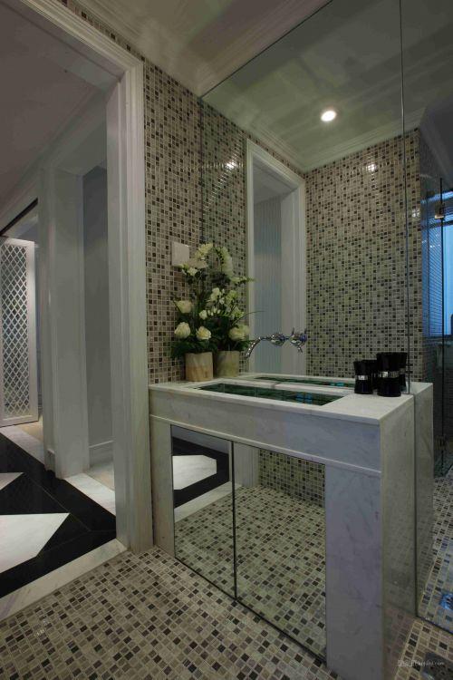 黑白方格搭配的卫生间设计