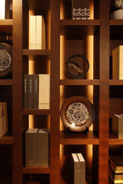咖啡色书房书架效果图