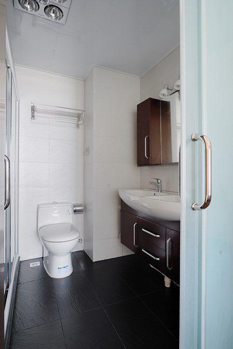 黑白搭配的现代卫生间装修