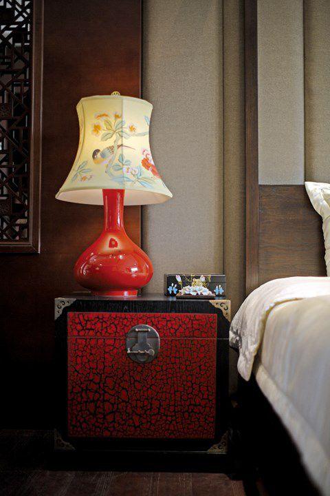 新中式卧室红色床头柜装潢