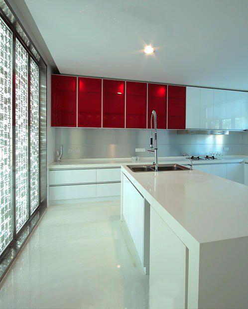 白色和红色搭配的厨房设计