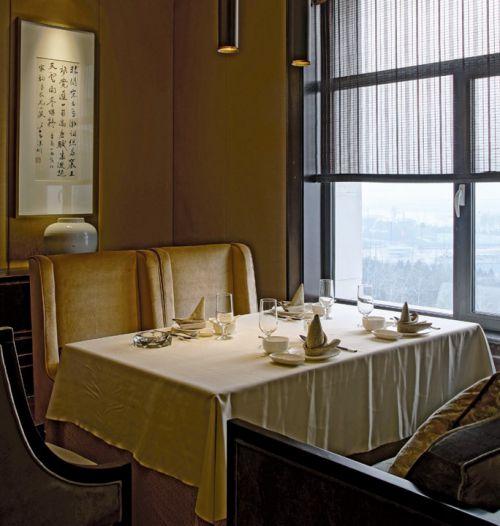 金黄色优雅的餐厅餐台设计