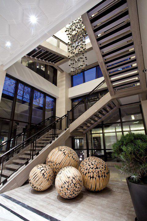 别墅咖啡色楼梯设计