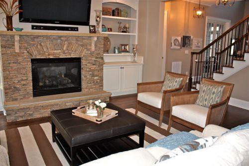 原木色美式风格客厅背景墙美图
