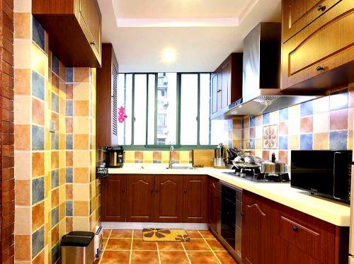 彩色田园厨房橱柜装潢
