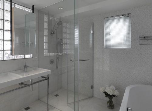 现代白色卫生间装修设计