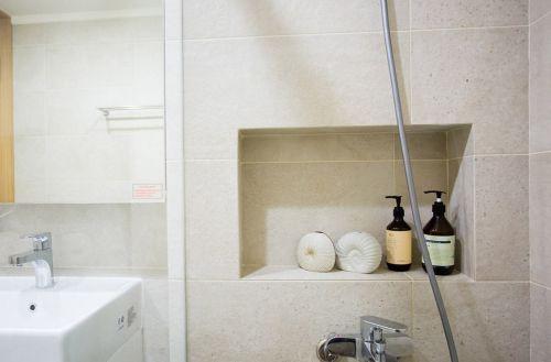 米色简约卫生间装修设计