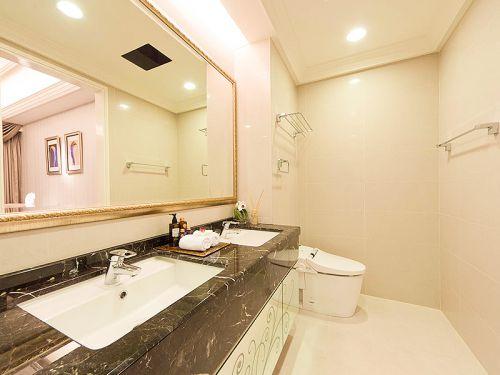 现代风格白色质感卫生间装潢案例