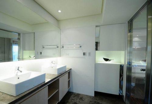 白色简约风素雅卫生间装修设计图