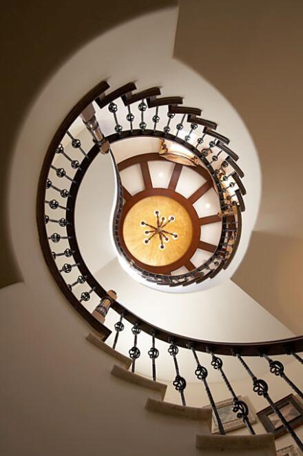 美式简约别墅装修楼梯效果图