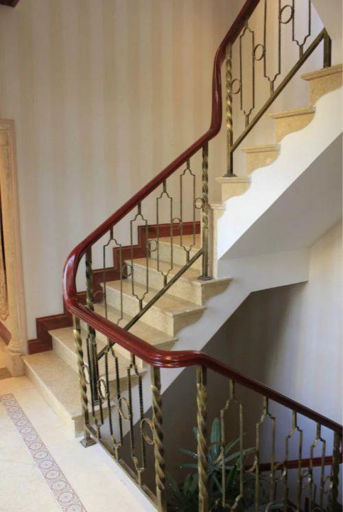 美式风格楼梯背景墙设计图片