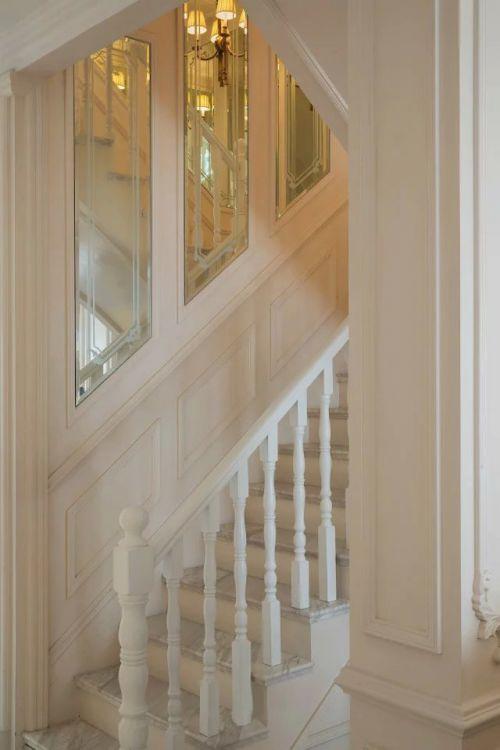 法式风格别墅楼梯装修图片