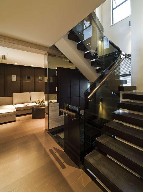 现代风格别墅黑色楼梯装修设计