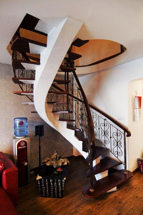 简欧跃层客厅螺旋楼梯装修效果图