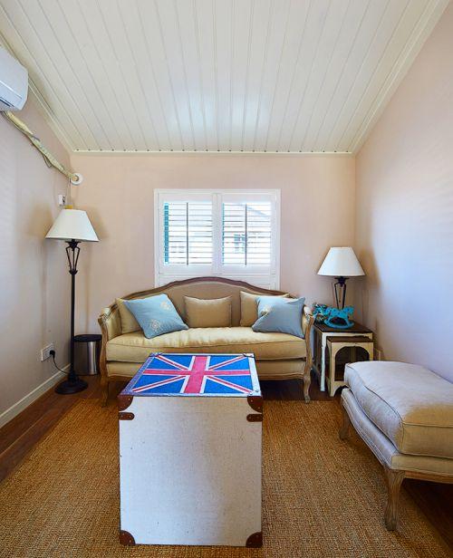 白色简欧风格小客厅沙发设计