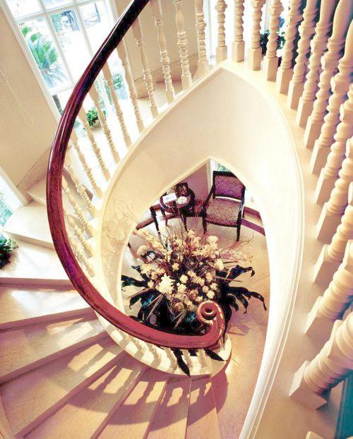 欧式别墅白色客厅旋转楼梯装修效果图