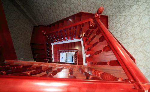 欧式红色客厅楼梯效果图