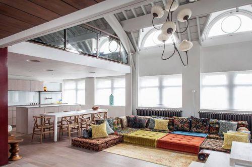 混搭风格复式客厅温暖彩色沙发效果图
