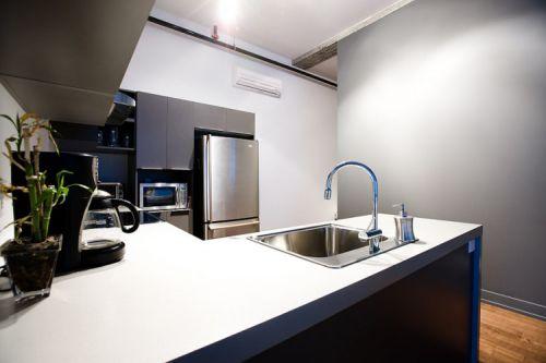 单身公寓现代简约风格敞开式厨房装修图
