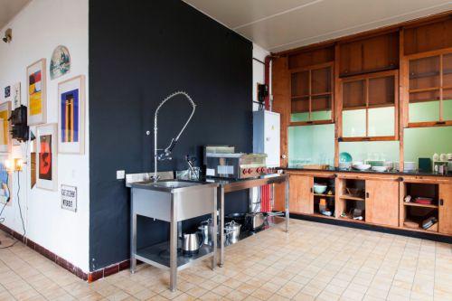 现代老式厨房装修黑色背景墙设计