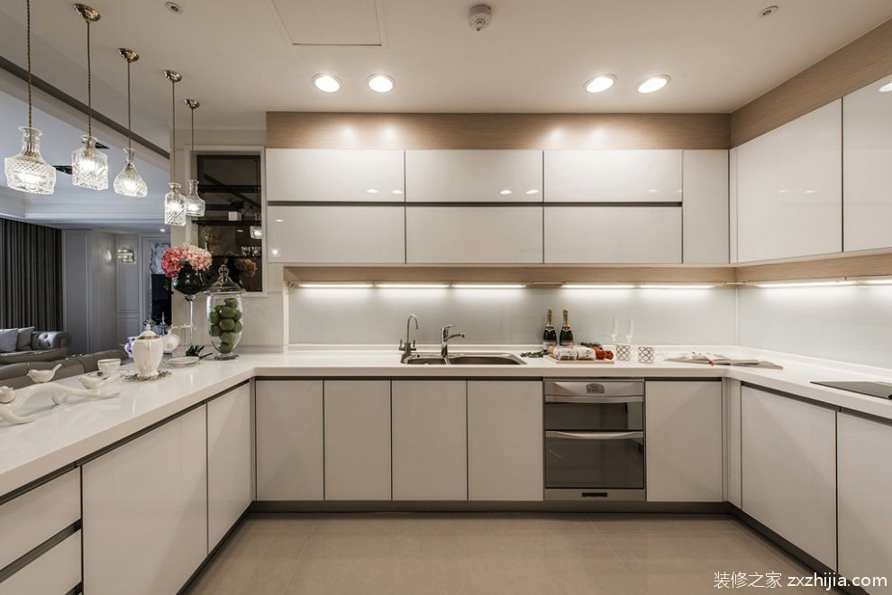 大气欧式风格白色烤漆厨房柜子效果图