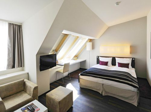 现代简约白色大卧室双人床设计