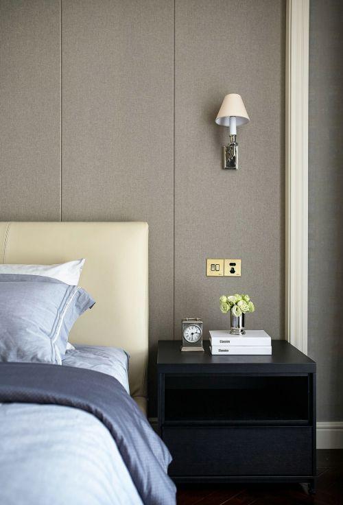 简约现代风格卧室黑色床头柜装修设计
