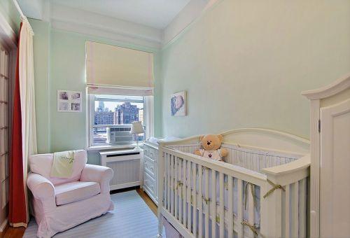 现代风格二居室卧室白色婴儿床效果图
