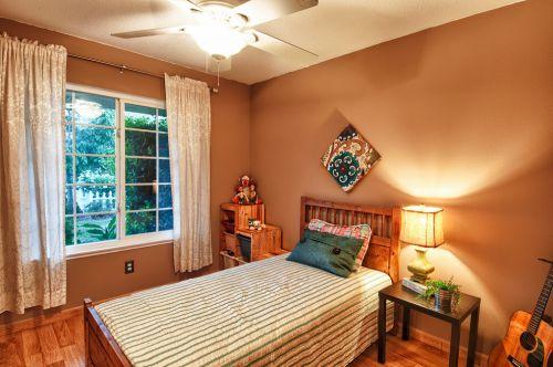 温馨舒适现代风格卧室装修效果图