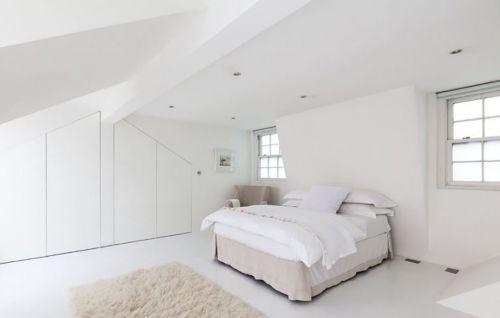 白色英式别墅卧室