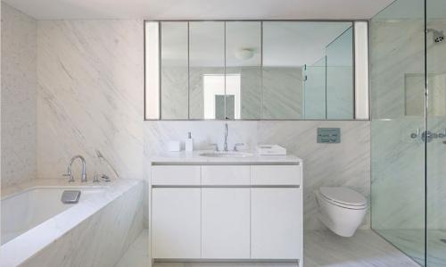现代简约二居室卫生间浴缸装修效果图大全