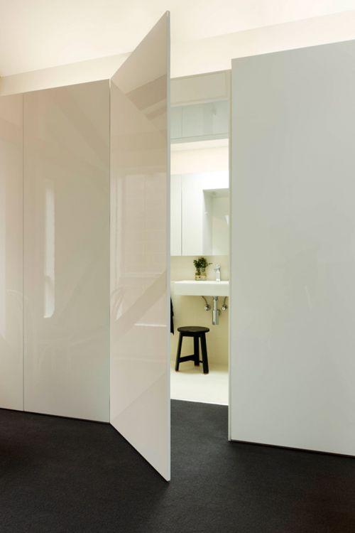 现代简约四居室卫生间白色隐形门装修效果图