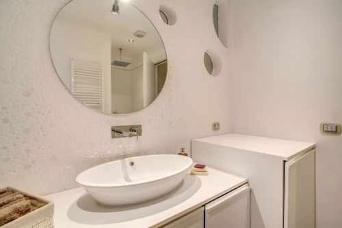 白色简洁现代风格卫生间装修设计