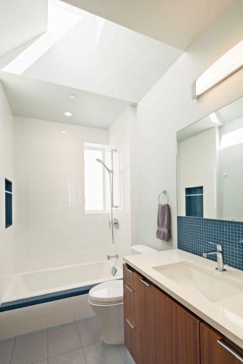 明亮清新现代风格卫生间浴缸装修图片