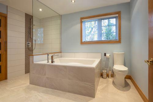 简洁时尚现代风格卫生间装修实景图