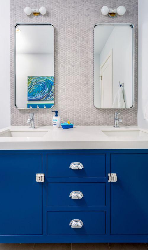 现代风格卫生间优雅蓝色储物柜效果图