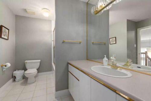 现代简约四居室卫生间推拉门装修图片