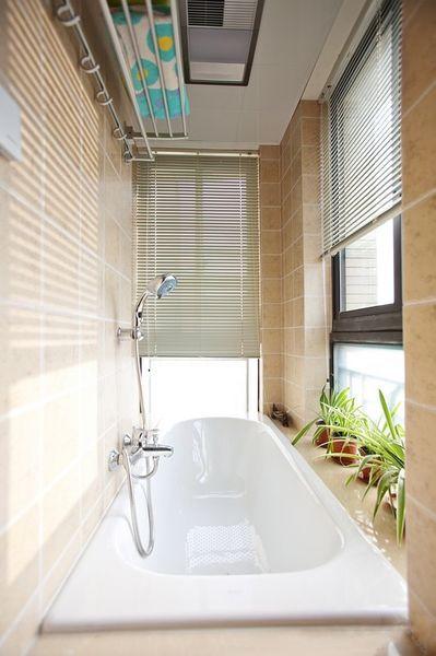 现代简约一居室卫生间浴缸装修图片