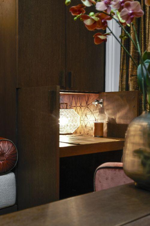 现代别墅原木餐厅储物柜装修效果图
