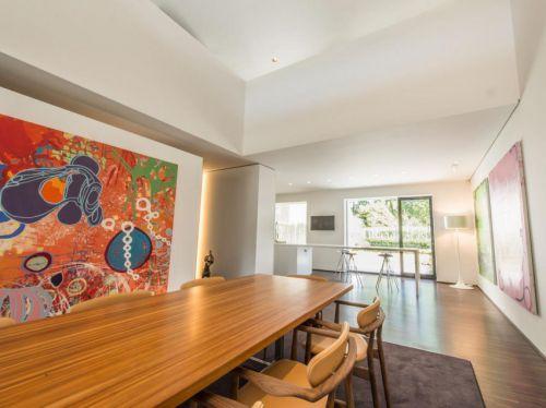 现代简约风格餐厅彩色艺术背景墙效果图