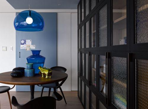 稳重大气现代风格餐厅蓝色灯具装修图