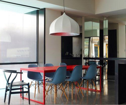 现代工业风格餐厅红色餐桌装修效果图