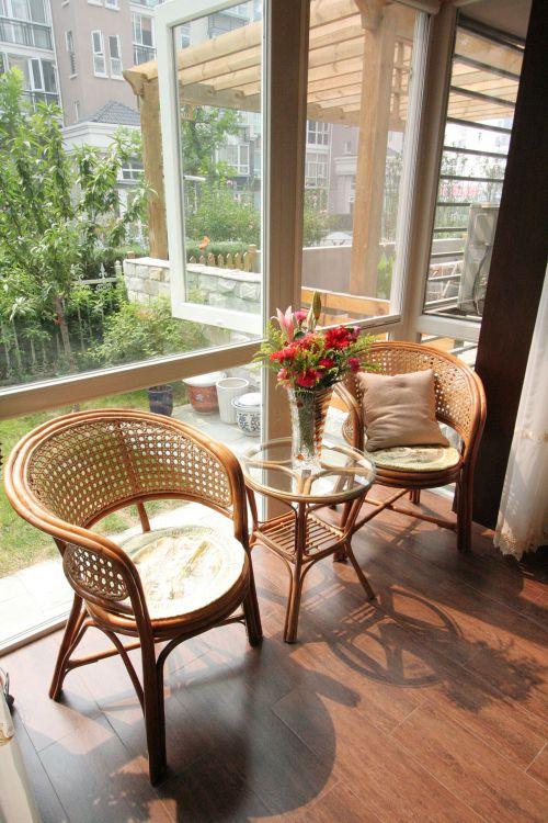 现代简约三居室阳台装修效果图