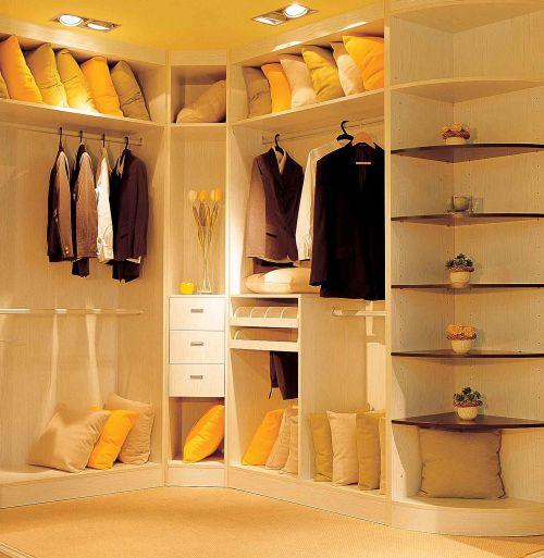 现代风格顶固暖色衣帽间装修效果图设计
