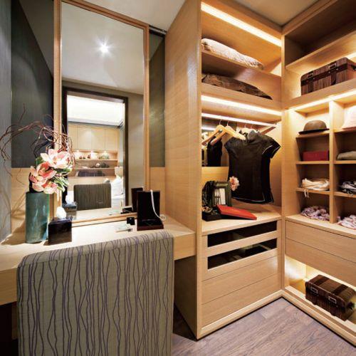 现代简约四居室衣帽间衣柜装修效果图