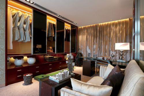 现代简约四居室衣帽间沙发装修效果图