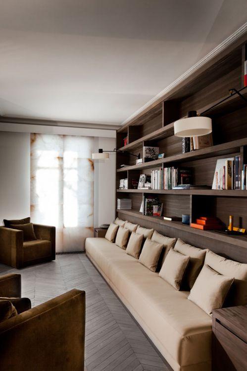 现代简约四居室书房原木色博古架装修效果图
